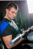 30 éénjarigenmens die een barbell in gymnastiek houden Stock Fotografie