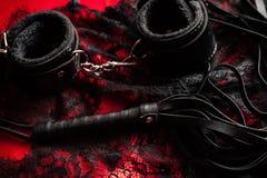 鞭子和手铐有鞋带内衣的BDSM性的 图库摄影