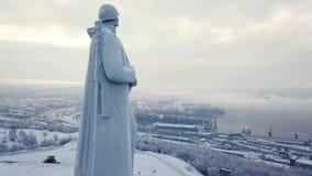 阿廖沙纪念碑,在冬天橡皮防水布期间的摩尔曼斯克俄罗斯鸟瞰图2018年 股票录像