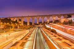 阿瓜里弗渡槽和Campolide的看法火车站,里斯本,葡萄牙 库存图片
