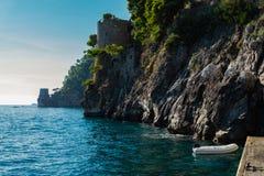 阿马飞与地中海岩石岸和小船的海岸线从波西塔诺的 免版税库存照片