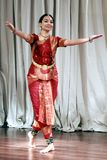 阿鲁纳执行bharatanatyam古典舞蹈的卡罗德在布兰顿艺术馆 免版税库存照片