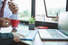 队工作过程 年轻业务经理乘员组与新的起始的项目一起使用 在木桌,键入的键盘上的labtop,发短信 库存图片