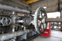 阀门和显示不同在石油工业 免版税库存图片