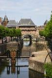 门在阿莫斯福特,荷兰叫Koppelpoort和水闸 免版税图库摄影