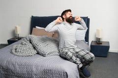 问题的唤醒的清早 早早起来 早早醒的技巧 人有胡子的行家困面孔睡衣 免版税库存照片