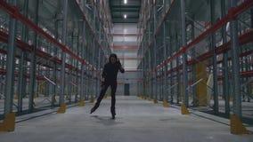 那里溜冰鞋的女孩是仓库和微笑 股票录像