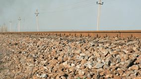 铁路轨的遥远的看法火车的在干草原中间,底视图 股票录像
