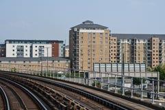 铁路轨道和新公寓发展的看法,伦敦,英国 库存图片