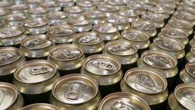 铝汽水罐 移动在饮料的金属罐头的照相机 股票录像