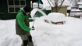 铲起雪的年长人在围场 股票录像
