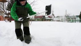 铲起雪的年长人在围场 影视素材