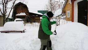 铲起雪的老人在围场 股票视频