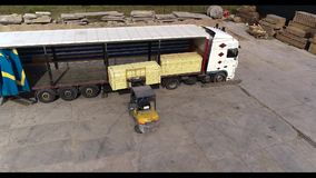 铲车装载卡车入卡车,装载卡车用货物 股票视频