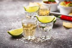 银和金子龙舌兰酒射击  库存照片