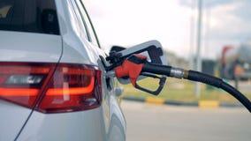 重新装满汽车的坦克的气管的侧视图 汽油,气体,燃料,石油概念 影视素材
