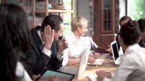 重要交涉的商务伙伴在会议室谈判项目 股票视频