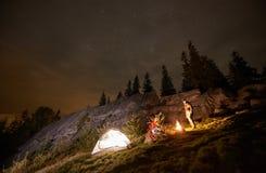 野营在山的夜夏天在夜满天星斗的天空下 库存照片