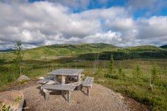 野餐桌有在taiga森林的一个看法在列斯主要Jardins国立公园,魁北克 免版税库存照片