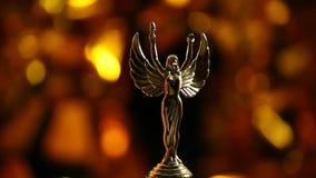 金子天使雕象黑暗的背景hd英尺长度 影视素材