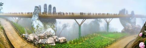 金黄桥梁,支持由两只巨型手,在越南 免版税库存照片