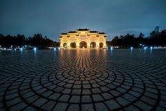 金黄自由广场曲拱在晚上 主闸入口到台北里,台湾自由广场  免版税库存图片