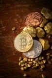 金bitcoin物理Bitcoin-Cryptocurrency和块金五谷 到达天空的企业概念金黄回归键所有权 库存照片