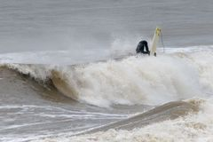 采取急降的冲浪者 免版税库存图片