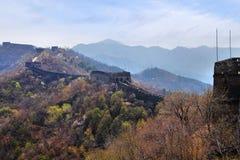 长城的慕田峪长城部分在一个晴朗的春日,反对天空蔚蓝 免版税库存图片