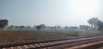 长的印度铁路训练轨道 库存照片