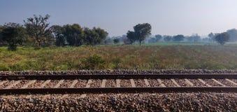 长的印度铁路训练轨道 免版税库存图片