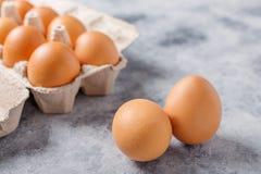 配件箱在卵黄质里面的被中断的鸡蛋鸡蛋 有用的产品-很多钙和蛋白质 库存照片