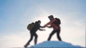 配合企业概念胜利帮助手武装慢动作录影 队小组旅游徒步旅行者给一个帮手 影视素材