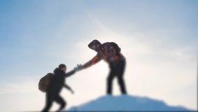 配合企业概念胜利帮助手武装慢动作录影 队小组旅游徒步旅行者给一个帮手 股票录像