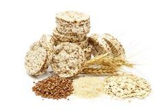酥脆薄脆饼干用在白色背景和燕麦粥隔绝的荞麦、米 酥脆饮食健身面包 减重的食物 库存图片