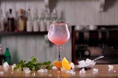 酒精酒吧,在酒吧柜台的鸡尾酒杯,在酒吧的鸡尾酒杯, 免版税库存图片