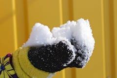 雪在儿童的手上 免版税库存图片