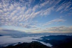 雾海与森林和山谷的,美丽在自然风景,土井图勒岛,来兴府,泰国 免版税图库摄影