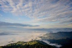 雾海与森林和山谷的,美丽在自然风景,土井图勒岛,来兴府,泰国 免版税库存照片