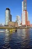 通过在一异常的温暖的星期六的watertaxi在2月在南部头在鹿特丹 免版税图库摄影