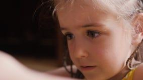 逗人喜爱的儿童女孩面孔画象手表动画片通过智能手机 股票视频