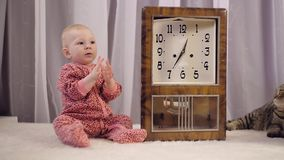 逗人喜爱的新生儿女孩和时钟 影视素材