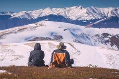 选址在小山的两个徒步旅行者 库存照片