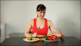 选择在快餐和健康食物之间的妇女 影视素材