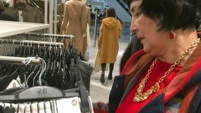 选择衣裳 买的物品在商店 影视素材