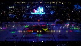 退出在现代冰竞技场的轻的展示有大屏幕的 影视素材