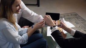 锁上的客户夫妇改变的金钱从女性地产商 影视素材