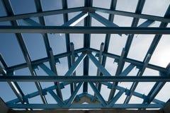 钢屋顶框架结构楼房建筑的 免版税库存照片