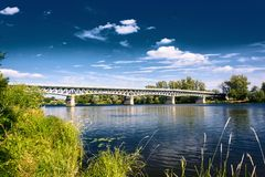 钢河上的桥易北河在利托梅日采镇在捷克 免版税库存图片