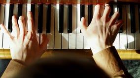 钢琴演奏家弹钢琴 接近的现有量 4K 已知的大平台钢琴 股票视频